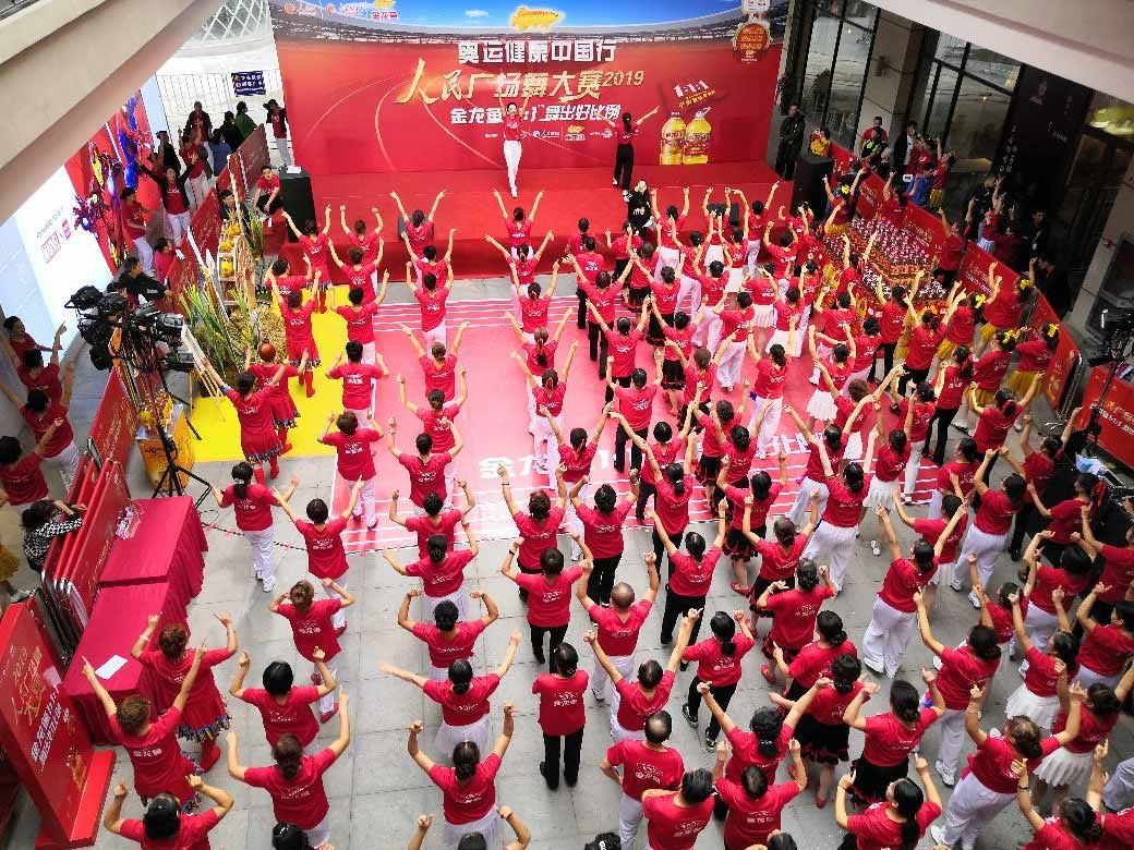 夷陵人民广场舞定格芳华金龙鱼1:1:1彰显奥运健康品质