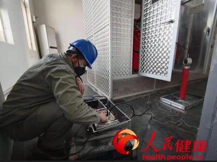 武汉一线电力检修工:最想念家里香喷喷的饭菜