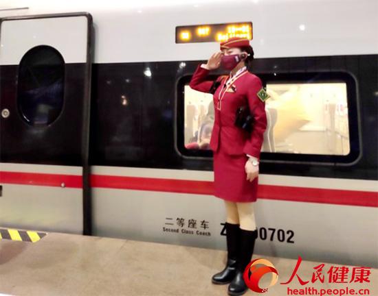 """高铁值乘人员:""""最美敬礼""""送给""""逆行者"""""""