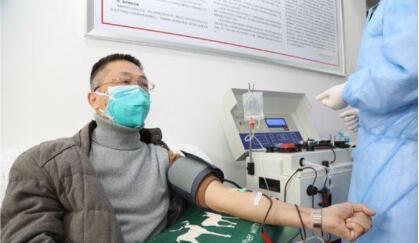 """献血战疫情病愈医生:""""我第一个伸的胳膊"""""""