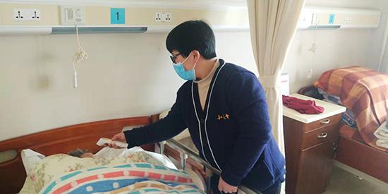 """养老院护工:24小时照护与老人共同战""""疫"""""""