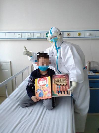 """7岁患童画笔下的护士们:从""""时髦小姐姐""""变身""""大白超人"""""""